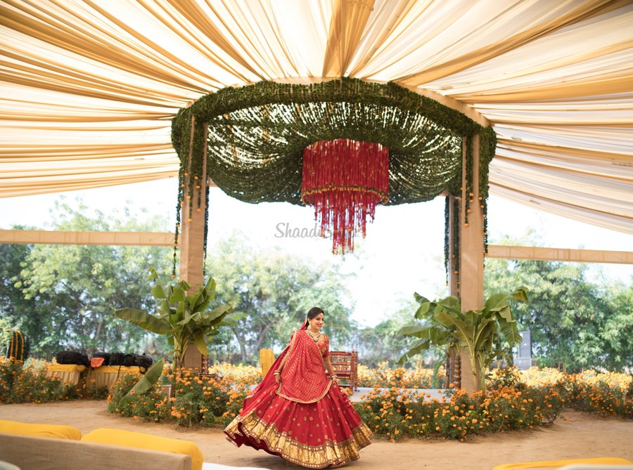 Next gen wedding decor with almost no cut flowers shaadisaga this mandap constituting of draped curtains of flowers and a massive nadachadi chandelier piece with a row of live marigold plants and coconut leaves junglespirit Gallery