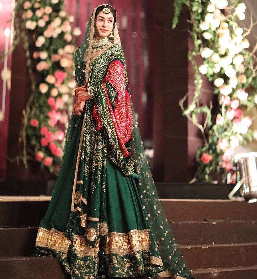 12a4af9450777 This Sabyasachi bride who looked breathtakingly gorgeous in a green lehenga  teamed with red bandhani dupatta.
