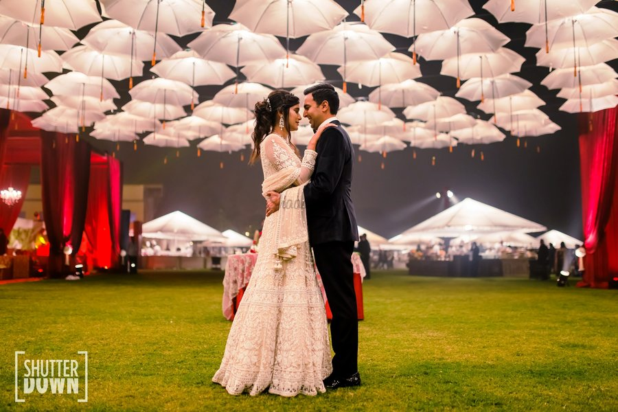 15 Surreal Ideas To Add White Umbrellas To Your Wedding Decor