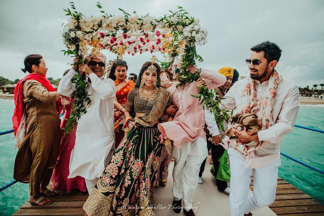 19 Bridal Entry Photos With Siblings That Ll Make Your Hearts Flutter Shaadisaga