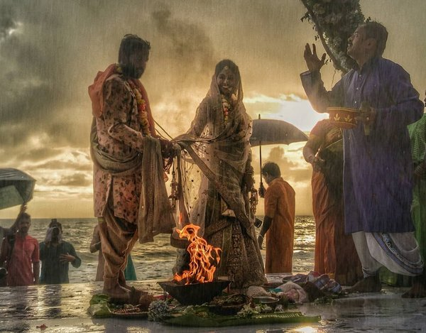 This Beachside Monsoon Wedding saw a Couple Taking Saat Pheras in the Rain