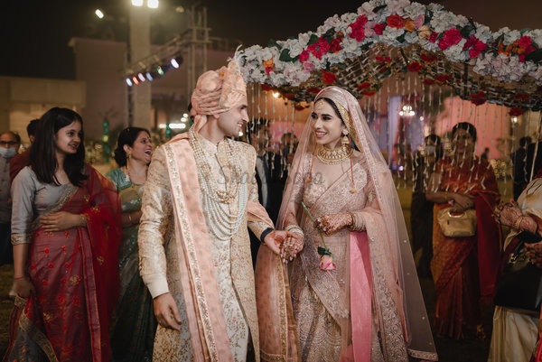 A Beautiful Kashmiri Wedding with Duo in Traditional Outfits & Oodles of Gold Jewellery!